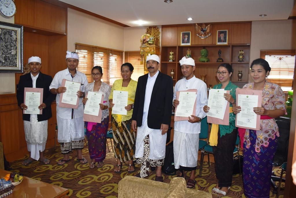 Penyerahan SK CPNS Dosen oleh Rektor IHDN Denpasar